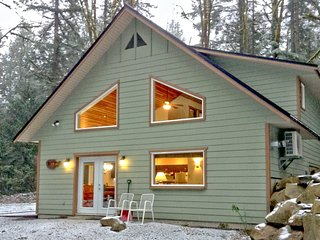 02MBH Cabin near Mt. Baker with Hot Tub, A/C, Satellite TV - Glacier vacation rentals