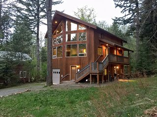40GS Pet Friendly Cabin with a Hot Tub, Game Room & WiFI - Glacier vacation rentals