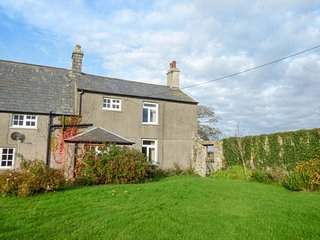 EAST MONKTON FARM, open fire, pet-friendly, private enclosed garden, Cowbridge, Ref 944094 - Cowbridge vacation rentals