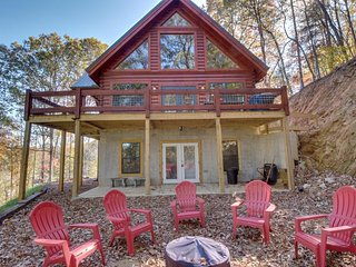 Luxurious upgraded log cabin w/ fish pond, deck, & access to shared pool! - Ellijay vacation rentals