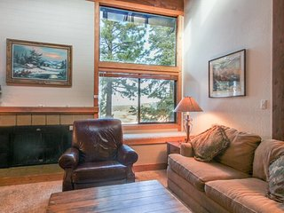 Cozy condo w/ forested views, shared pool & hot tub - close to the slopes! - Truckee vacation rentals