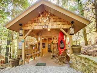 Riverfront cabin w/baby grand piano, dock, private hot tub - Ellijay vacation rentals