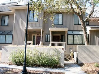 2 Bedroom Townhouse with Pool on site & easy walk to the Beach! - Hilton Head vacation rentals