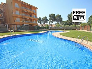 Holiday apartment next to the beach with pool - L'Escala vacation rentals