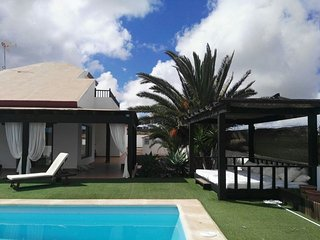 Villa with private garden 1000m2 and pool - Villaverde vacation rentals