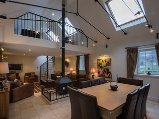 Amazing 5* Mains Park Court with hot tub, sauna & pool table - Kenmore vacation rentals
