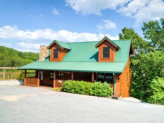 Lrg 8BR/8BA Lodge,Home Theater, Pool Table, Hot Tub View! Easy access!! sleep 22 - Pigeon Forge vacation rentals