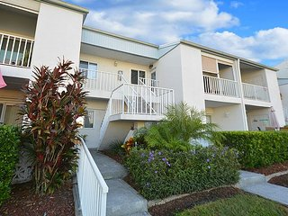 2 Bedroom /2 Bath  newly furnished, garage, pool & view of Intracoastal - Largo vacation rentals