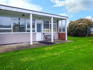 11 SEAWARD CREST, pet-friendly, shared grounds, short walk to beach, Mundesley, Ref 927324 - Mundesley vacation rentals