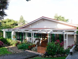 Charming 3 bedroom Cottage in Waiheke Island with Deck - Waiheke Island vacation rentals