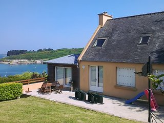 Sunny, 4-bedroom house in Saint-Pabu with a furnished terrace, WiFi and direct access to the beach! - Saint Pabu vacation rentals