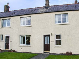 MIDDLE COTTAGE, pet-friendly, lawned garden, open fire, Hutton, Berwick upon Tweed, Ref 940736 - Berwick-upon-tweed vacation rentals