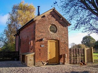 CHEQUER STABLE, woodburning stove, mezzanine bedroom near to Congleton, Ref 26406 - Congleton vacation rentals