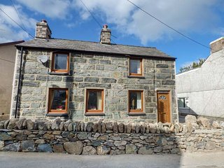 SNOWDON VIEW detached stone cottage, woodburning stoves, pet-friendly, enclosed garden, Llanrug, Ref 933010 - Llanrug vacation rentals