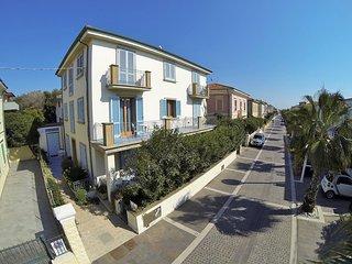 BILOCALI MIRAMARE SUITES lungomare, a pochi passi dalla spiaggia di Cecina Mare - Marina di Cecina vacation rentals