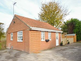 WEE WOODY, bungalow, underfloor heating, WiFi near Cottingham, Ref 929127 - Cottingham vacation rentals