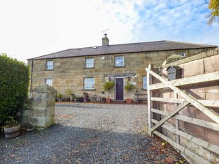 THE OLD COACH HOUSE, detached, en-suites, WiFi, lawned garden, pet-friendly, Warkworth, Ref 941228 - Warkworth vacation rentals