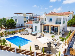 Luxury 5 Bed Villa in Coral Bay Heated Pool & Hot Tub Walk to Beach in Minutes - Peyia vacation rentals