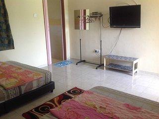 Comfortable Chalet with Balcony and Parking - Kampong Masjid Tanah vacation rentals
