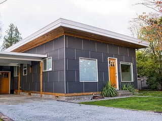 3BR, 2BA Modern House in Quiet Neighborhood near Lincoln Park - Seattle vacation rentals