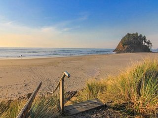 Luxury Oceanfront Home w/ Panoramic Views of Pacific in Neskowin - Neskowin vacation rentals