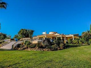 4 bedroom Villa with Internet Access in Lagoa - Lagoa vacation rentals