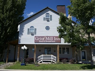 7 BR Lodge and 3 BR Guest House - Family Reunion Heaven! - Monticello vacation rentals