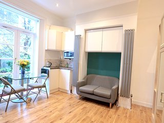NEW!!! Lovely studio only 2secs from West Norwood - Norbury vacation rentals
