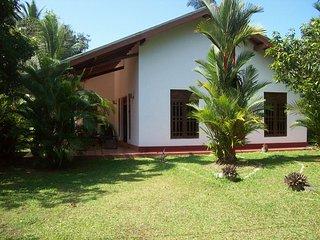 Schönes Haus, 120qm groß, mit tropischem Garten und 3 Schlafzimmer - Moragalla vacation rentals
