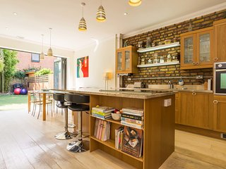 Bright House with Washing Machine and DVD Player in London - London vacation rentals