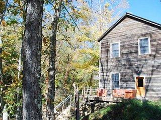 Nice 2 bedroom Cabin in Lansing - Lansing vacation rentals