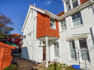 FLAT 8, stunning views, over three floors, WiFi in Totland, Ref 920548 - Totland vacation rentals