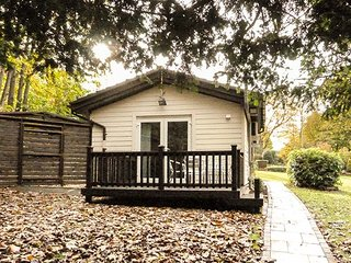 BADGER VIEW, detached lodge, romantic location, WiFi, private decking, nr Gravesend, Ref 946987 - Gravesend vacation rentals