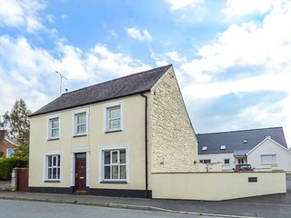 STATION HALL, detached property, enclosed garden, pets welcome, WiFi, in Cilgerran, Ref 947759 - Cilgerran vacation rentals