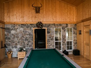 Fabulous Bryce Resort Ski Lodge with HOT TUB! Sleeps 12, Pool Table, Cable/Wifi - Basye vacation rentals