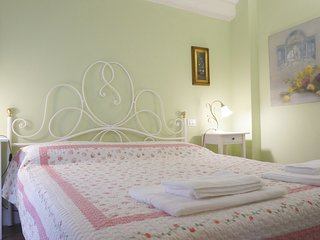 "Luccabookingholiday. ""Silvia"" romantic and cozy apartment in center! - Lucca vacation rentals"