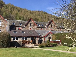 STUNNING 5* Granary Court - sleep 8 with hot tub & sauna - Kenmore vacation rentals