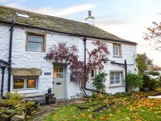 WESTSIDE COTTAGE, character cottage, woodburner, WiFi, pet welcome, in Newby, Clapham, Ref 941431 - Clapham vacation rentals