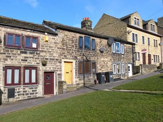 WEAVER'S COTTAGE, character cottage, woodburning stove and a king-size bed in Hebden Bridge, Ref 942031 - Hebden Bridge vacation rentals