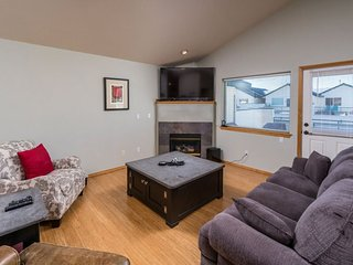Boulder Brook townhouse with reverse living for great views moments to the Dry - Redmond vacation rentals