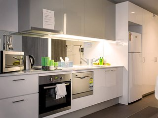 Comfy and High 26 Melb CBD, gym, swim, sauna + WiFi - Melbourne vacation rentals