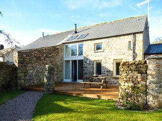 OLD CROW TREES BARN, character features, woodburner, walks from the door, in Melling, Kirkby Lonsdale, Ref 932964 - Kirkby Lonsdale vacation rentals