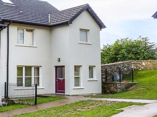 12 DENE'S YARD, end-terrace cottage, en-suite, open fire, in Cappoquin, Ref 939576 - Ballygriffin vacation rentals