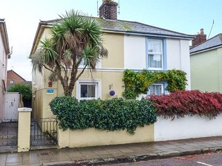 PALM TREE COTTAGE, semi-detached, WiFi, pet-friendly, close to beach, private garden, in Ryde, Ref 946462 - Ryde vacation rentals