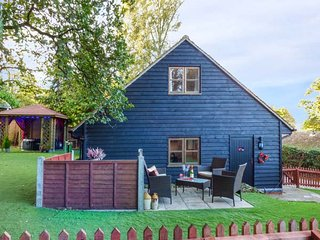 POPPY LODGE, modern barn conversion, super king-size bed, hot tub, in Ufford, Woodbridge, Ref 940428 - Woodbridge vacation rentals