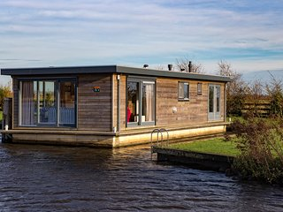 Houseboat for 6 persons in beautiful surroundings - Earnewald vacation rentals