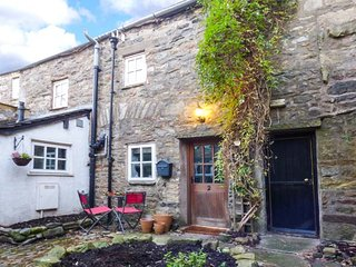 COURTYARD COTTAGE, stone-built cottage, town centre location, walks nearby, in Sedburgh, Ref 936540 - Sedbergh vacation rentals