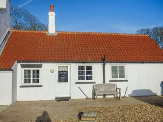 THE OLD JOINER'S SHOP, single-storey cottage near beach, shared patio, near Bridlington, Ref 944010 - Bridlington vacation rentals