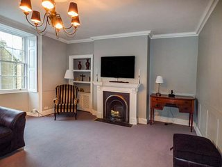 THE OLD NEWSAGENT'S, over four floors, ground floor bedroom, pretty garden, Alnwick, Ref 946099 - Alnwick vacation rentals