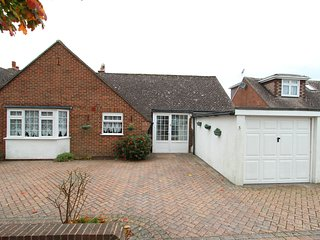 3 bed bungalow 5min walk to sea & Highcliffe castle with WiFi - Highcliffe vacation rentals